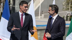 Pedro Sánchez con el primer ministro griego, Kyriakos Mitsotakis, en la cumbre EUMed9, en Atenas.