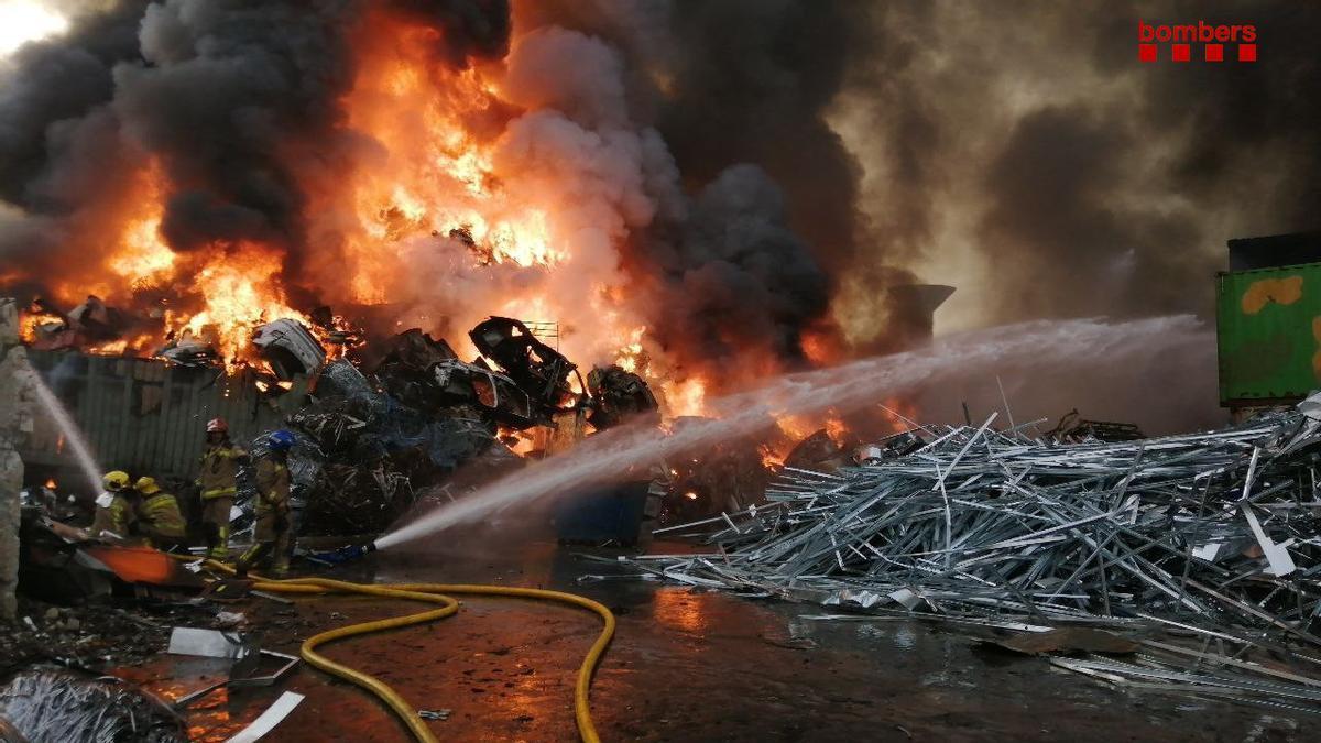 Los Bomberos trabajan en el incendio de una planta de reciclaje en Castellbisbal.