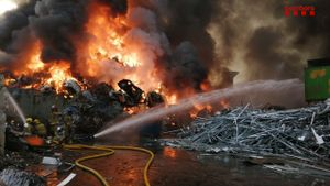 Un gran incendi crema una planta de reciclatge en un polígon de Castellbisbal