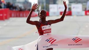 La kenyana Brigid Kosgei bat el rècord del món de marató