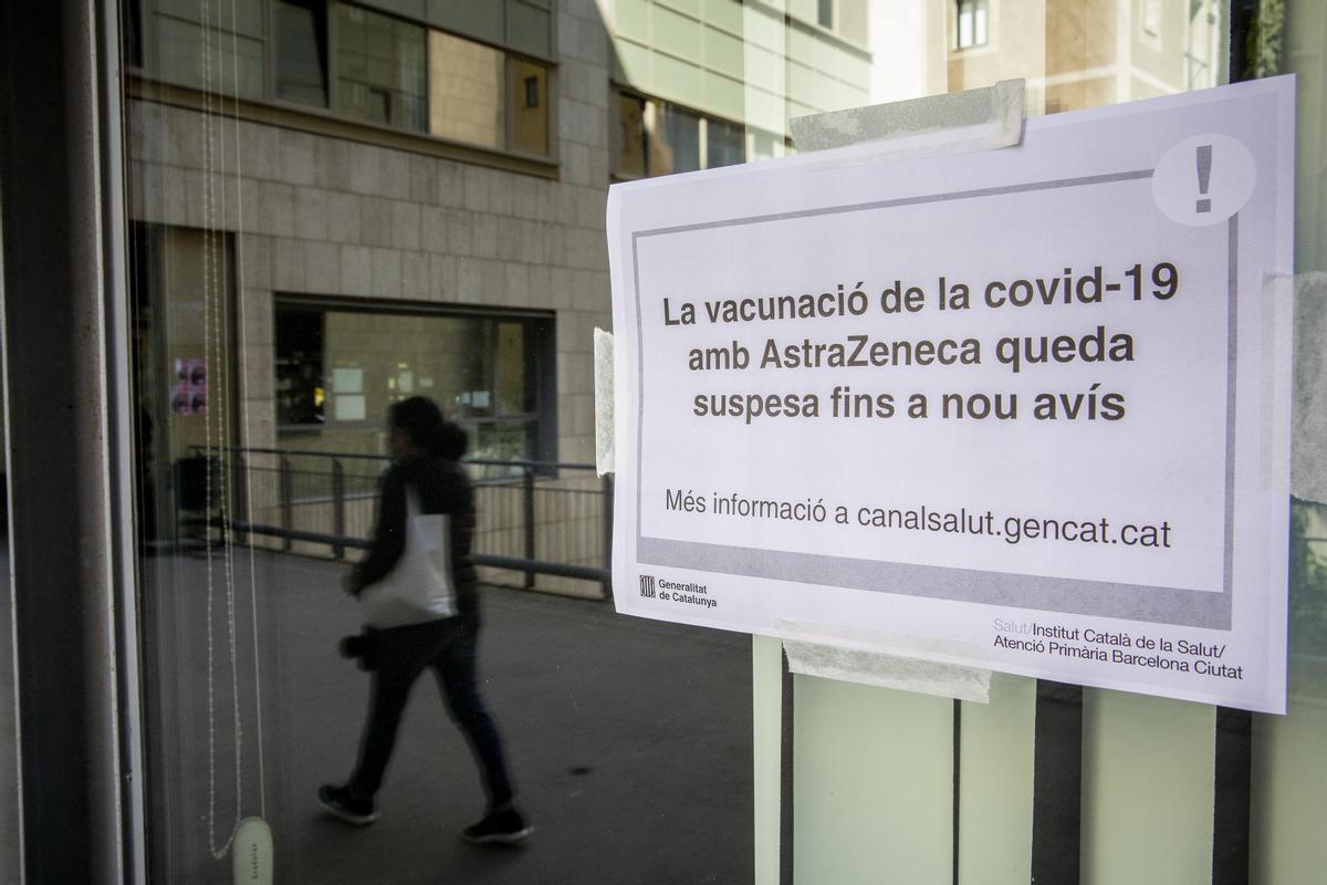Aviso este martes en la Facultad de Geografía e Historia de la UB, donde se vacunaba con AstraZeneca.
