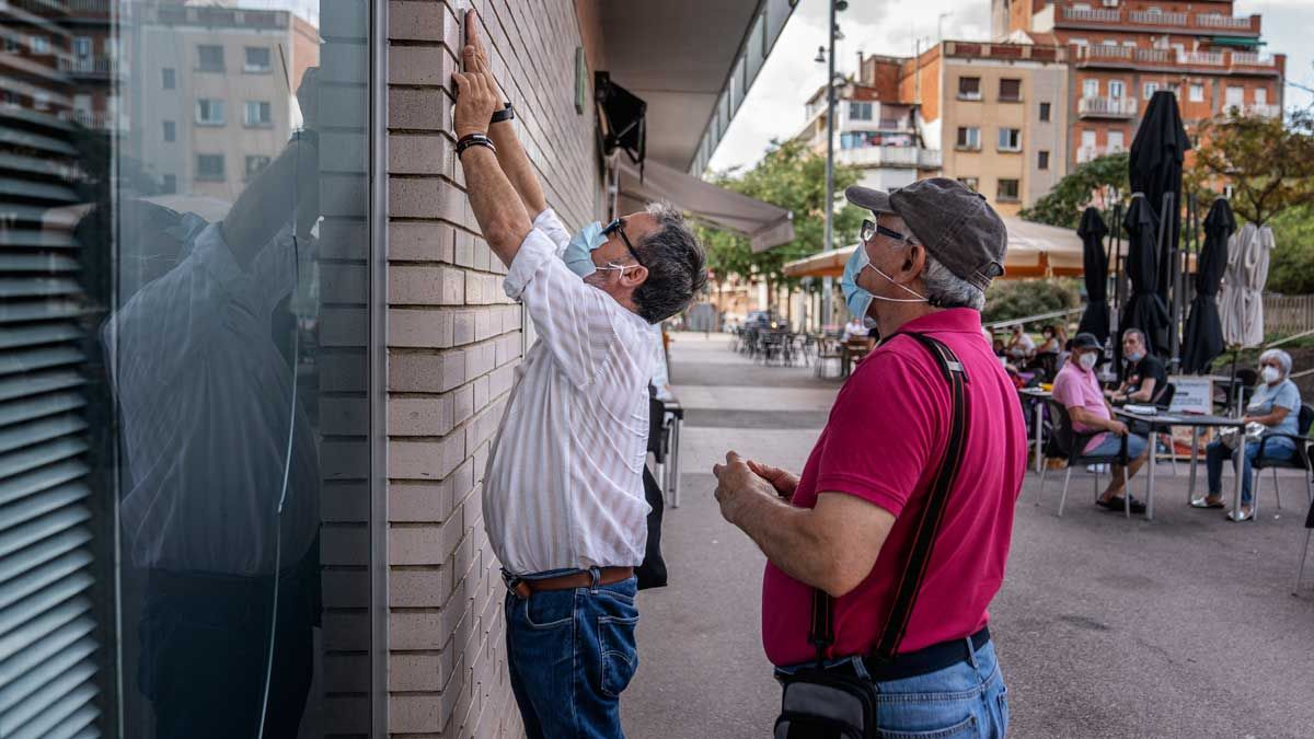 Arnaldo y Antonio colocan una de las placas en Vilapicina i La Torre Llobeta, este viernes.