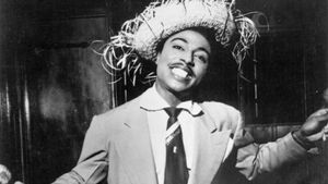 Little Richard posa con un divertido sombrero, en su primera etapa como músico.