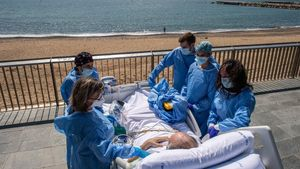 Davant el mar després de 50 dies a l'uci pel coronavirus