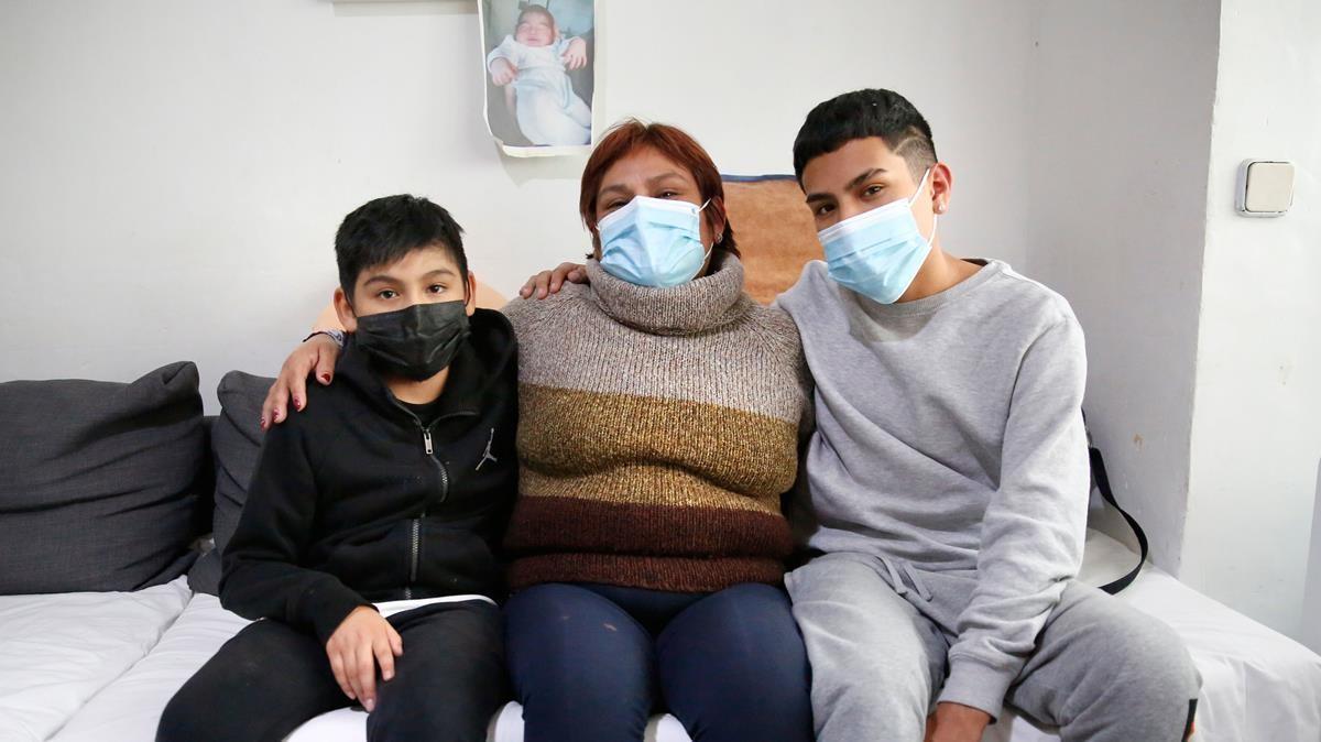 Laura Huamán, junto a sus dos hijos, espera poder renovar el alquiler social que le concedió una entidad financiera hace tres años.
