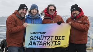 Los Bardem con Álvaro Longoria (con gafas) y una biólogade Greenpeace.