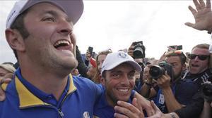 Jon Rahm abraza a Francesco Molinari tras el decisivo triunfo del italiano que garantizaba la reconquista de la Ryder Cup en París.