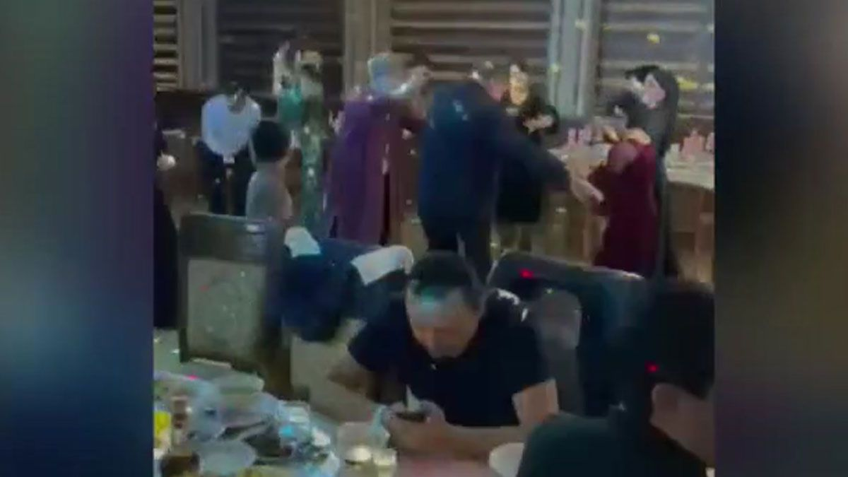 El cirujano González Rivas descubre que en Uzbekistán no hay coronavirus. En la foto, un momento de una fiesta celebrada en el país, en una imagen grabada por el médico.