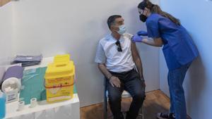 Una sanitaria vacuna a un hombre durante la primera jornada de vacunación ante el covid-19 en Sevilla, el pasado 22 de abril.