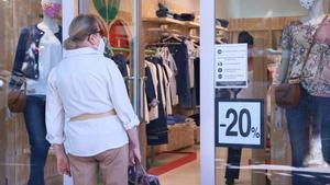 Una compradora mirando un escaparate en la Rambla de Sabadell.