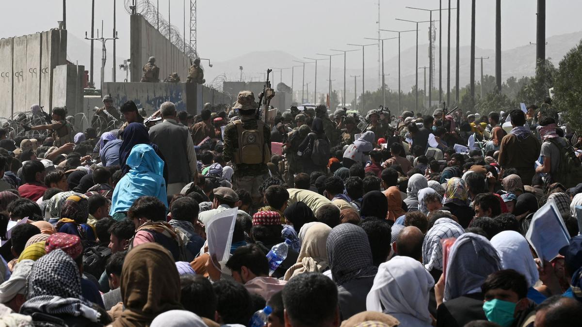 Centenares de afganos se concentran en los alrededores del aeropuerto de Kabul