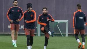 Messi, Suárez y Piqué, en el último entrenamiento del Barça antes de viajar a Sevilla.