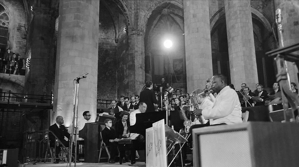 Un momento de la actuación de Duke Ellington (al piano) y su 'big band' con la Coral Sant Jordi en Santa Maria del Mar, el 24de noviembre de 1969.