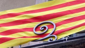 Un balcón de Barcelona engalanado con la 'senyera'.