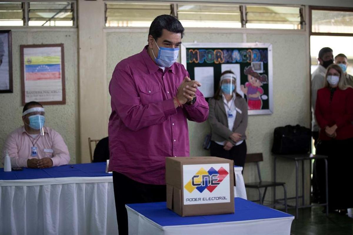 Nicolás Maduro, en el momento de depositar su voto.