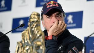Carlos Sainz, con uno de sus trofeos de ganador del Dakar.