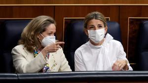 Las vicepresidentas Nadia Calviño y Yolanda Díaz en el Congreso de los Diputados.