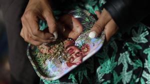 Una persona elabora un cigarro de marihuana este lunes en Ciudad de México.