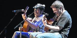 Estopa interpreta apasionadamente uno de sus temas en el acto celebrado en el BTM.