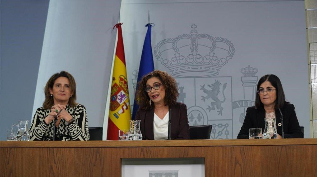 La ministra de Hacienda, María Jesús Montero (centro), en la rueda de prensa tras el Consejo de Ministros.