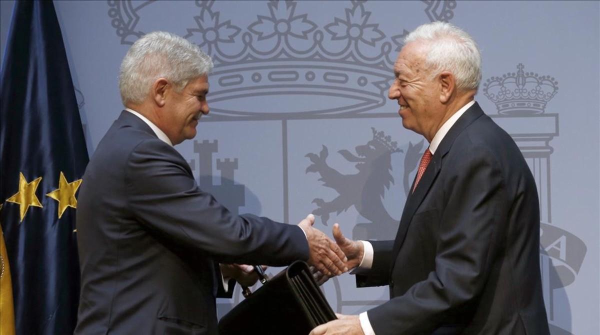 Traspaso de carteras entre el exministro José Manuel García-Margallo y el nuevo titular de Exteriores,Alfonso Dastis.