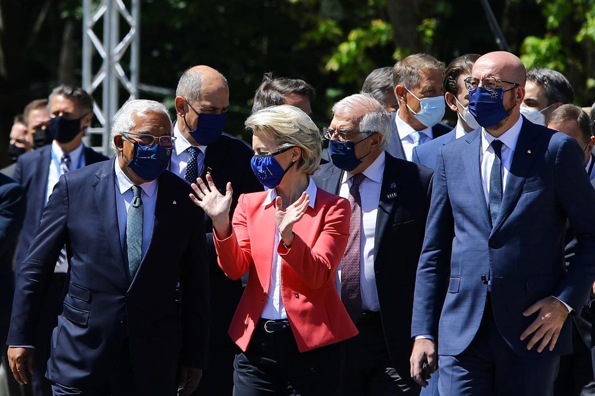 La presidenta de la CE, Ursula von der Leyen, y otros dirigentes europeos, reunidos en Oporto