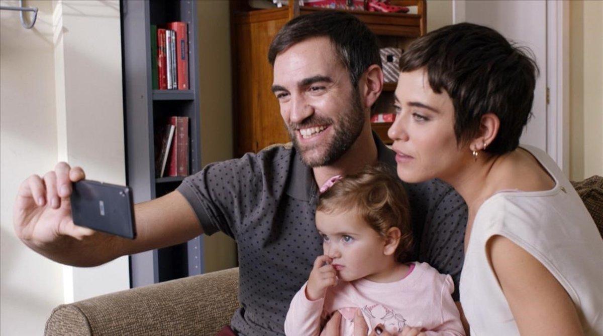 Iñaki (Jon Plazaola) y Carmen (María León), con la pequeña Elaia, protagonistas de la serie 'Allí abajo'.