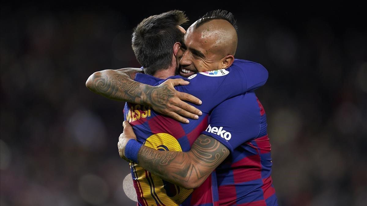 Arturo Vidal se abraza con Messi tras darle la asistencia del 1-0.
