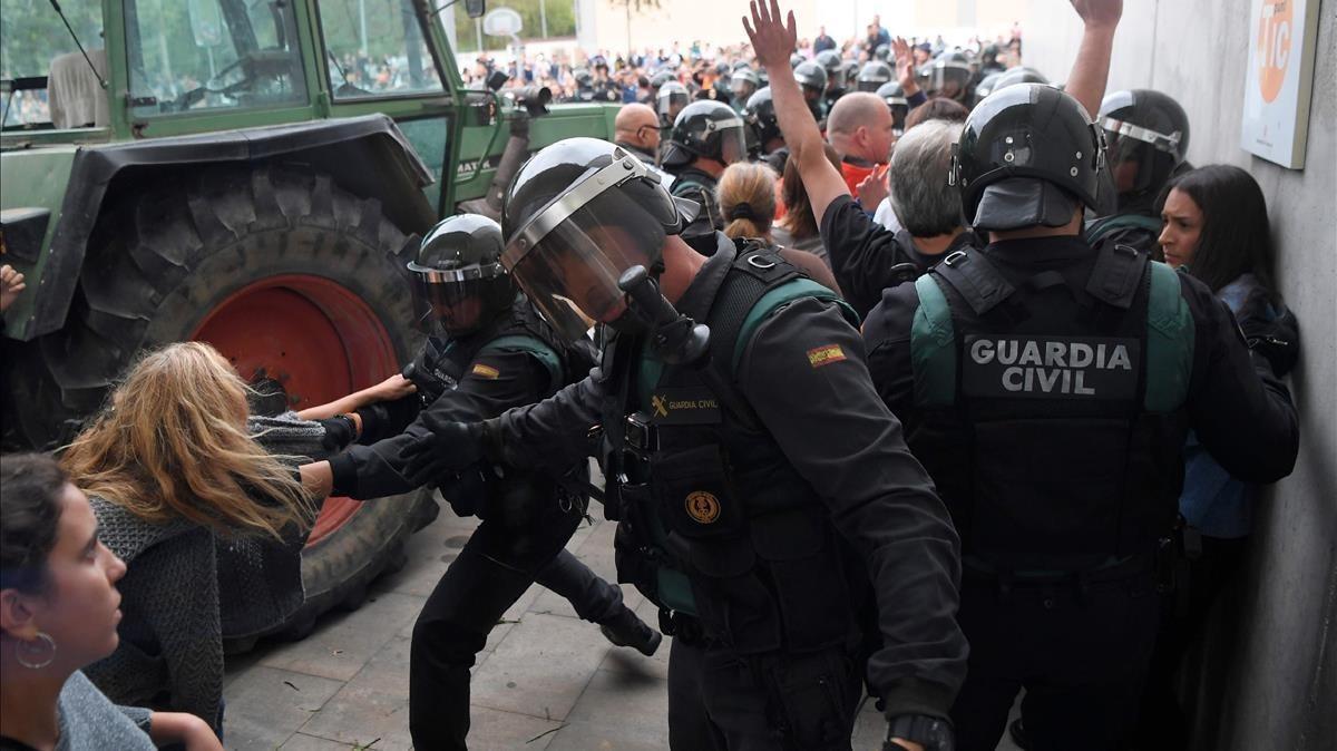 Actuación de la Guardia Civil en un colegio electoral del 1-O en Sarrià de Ter.