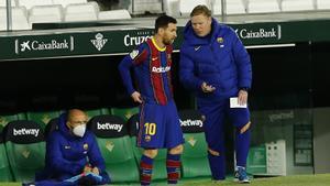 Messi charla con Koeman antes de entrar en la segunda parte del Betis-Barça.