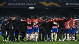 Los jugadores del Granada celebran la clasificación europea ante el Nápoles.