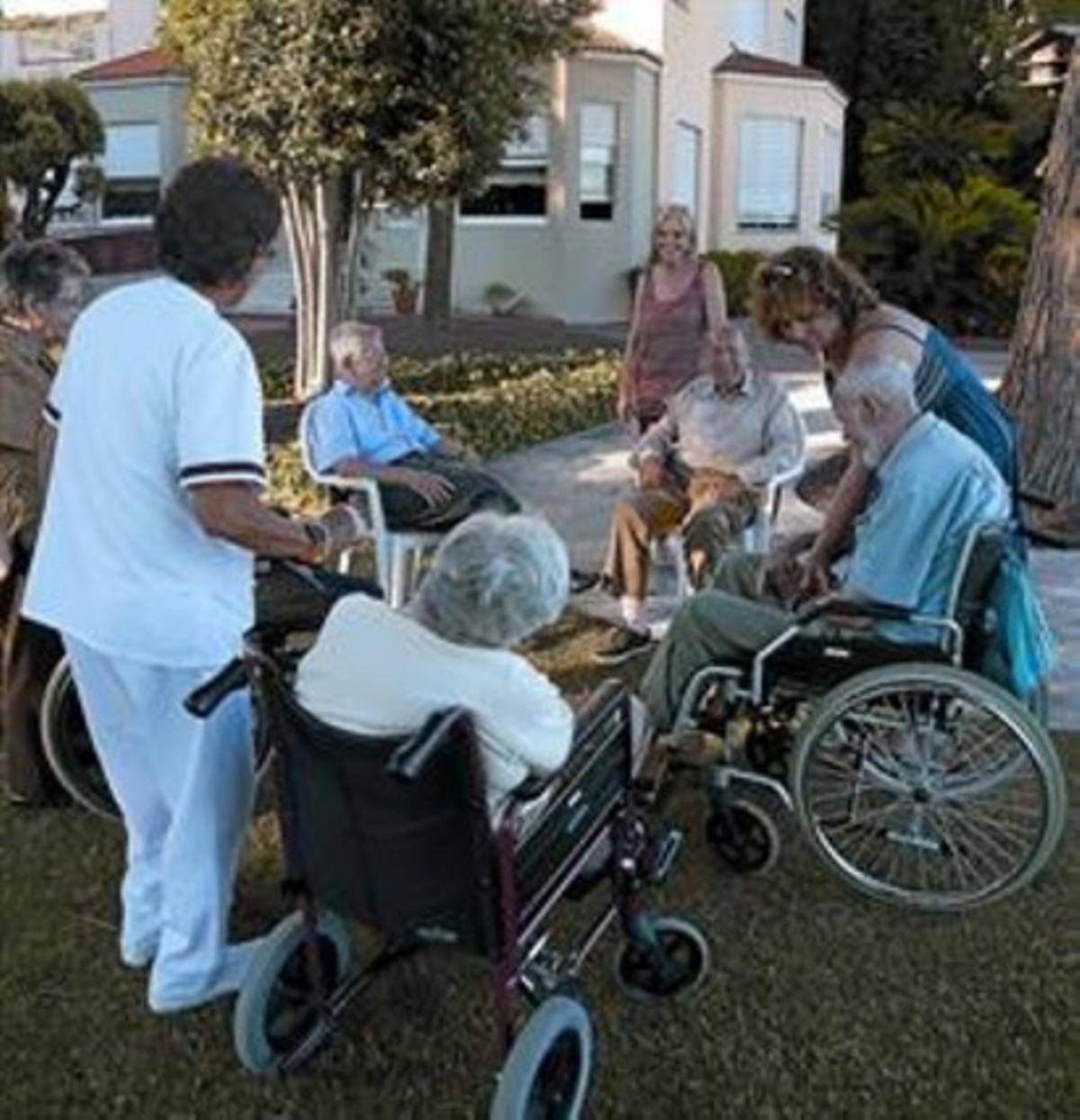Un grupo de abuelos en la residencia Sant Gervasi.