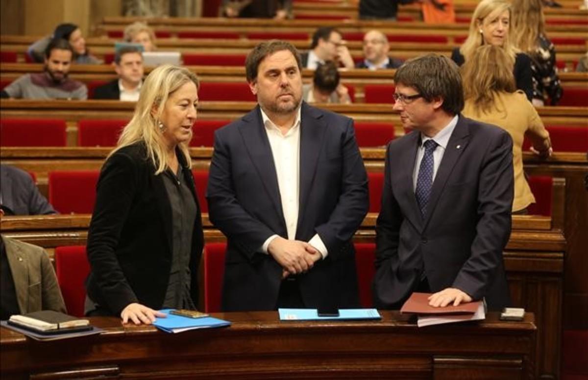 La portavoz del Govern, Neus Munté; el vicepresidente,Oriol Junqueras, y el 'president' Carles Puigdemont, en el Parlament.