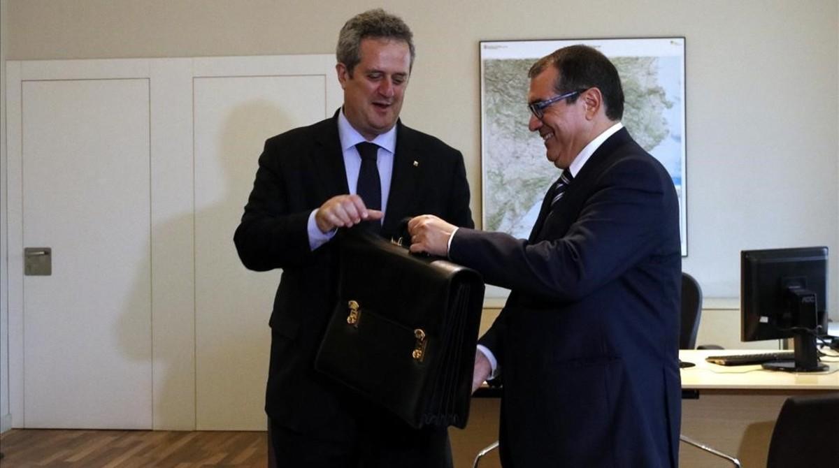 Jordi Jané traspasa la cartera al nuevo 'conseller' de Interior, Joaquim Forn, el pasado viernes.