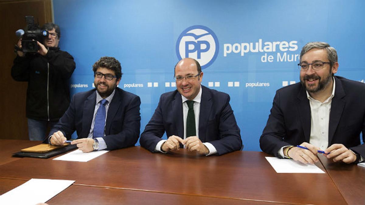 El presidente de Murcia, Pedro Antonio Sánchez, acompañado por el portavoz del grupo parlamentario popular en la Asamblea de Regional de Murcia, Víctor Martínez (derecha), y el secretario de organización del partido en Murcia, Fernado López Miras (izquierda), este lunes durante la reunión del comité ejecutivo del PP.