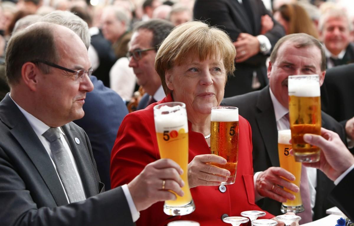 La cancillera brinda con cerveza junto al ministro de Agricultura alemánen Ingolstadt.