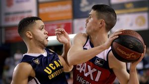 El jugador de BAXI Manresa Dani Perez lucha con Emmanuel Lecomtede UCAM Murcia.