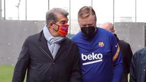 Laporta, junto a Koeman, visita la ciudad deportiva tras ganar las elecciones a la presidencia, el pasado mes de marzo.