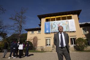 El rector de la UPC, Francesc Torres, ante el cartel del 50 aniversario de la universidad.