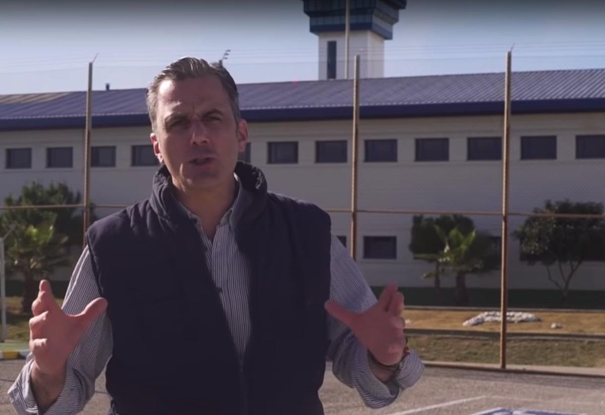 Fotograma de un vídeo electoral de Vox. El secretario general de la formación, Javier Ortega Smith,ante el Centro Penitenciario de Algeciras.