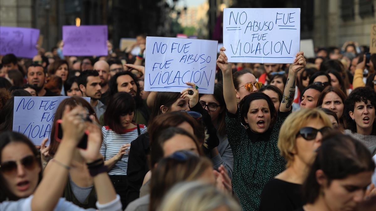 Concentración en la plaza de Sant Jaume, de Barcelona, contra la sentencia de 'La manada'.