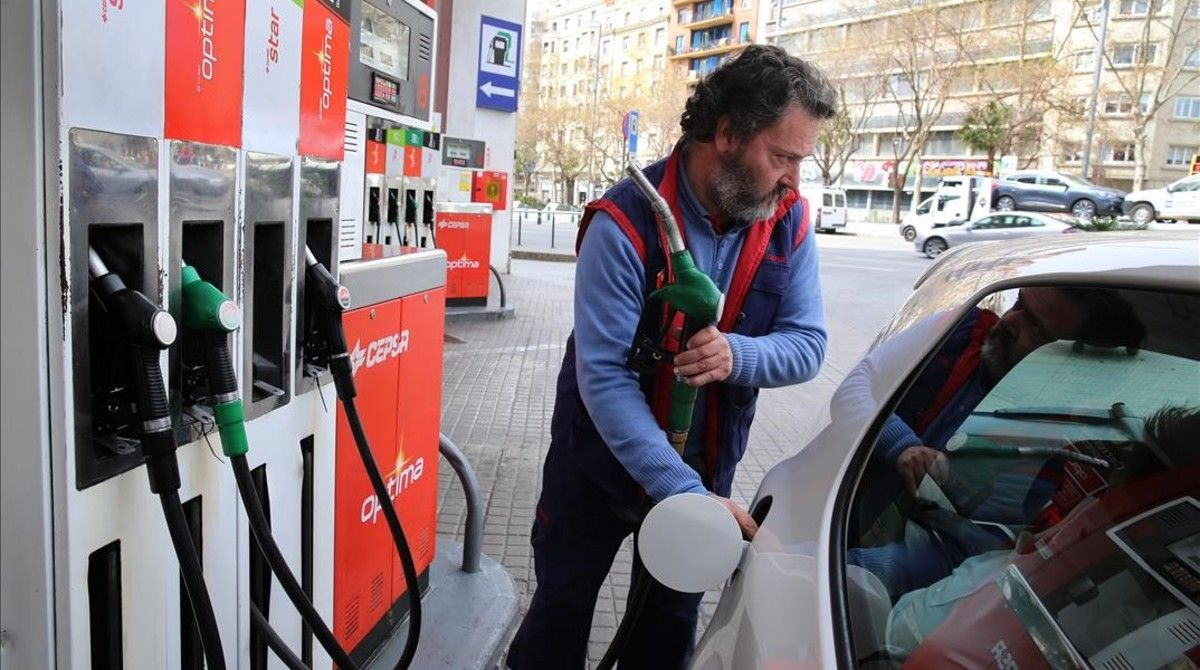 Un conductor repostaen unagasolinera de Barcelona.