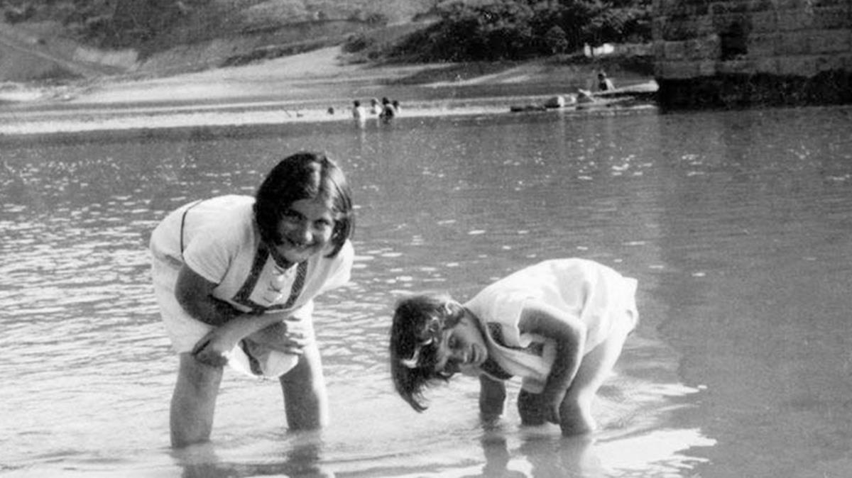 Renia Spiegel (izquierda), junto a su hermana Ariana (luego Elizabeth), hacia 1935.