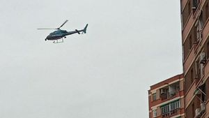 El helicóptero de los Mossos sobrevuela este lunes al mediodía el polígono Masor de Sant Feliu de Llobregat.