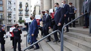 El ministro Ábalos, en primer término, abandona el edificio de Correos entre las protestas de los trabajadores y la reclamación del CAP.