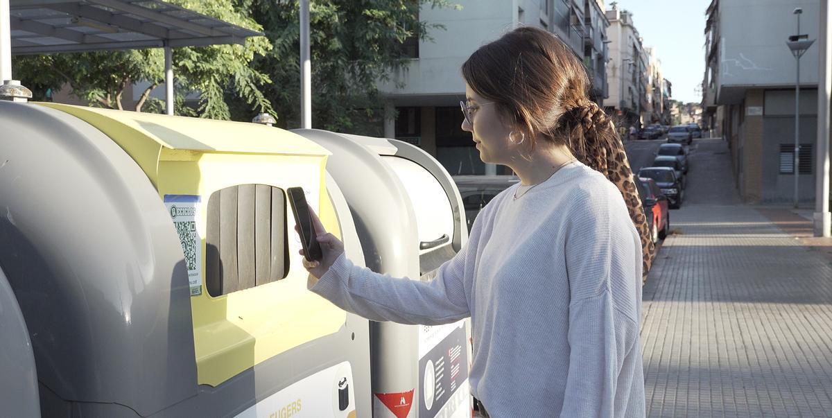Una usuaria conecta con Reciclos en un contenedor.