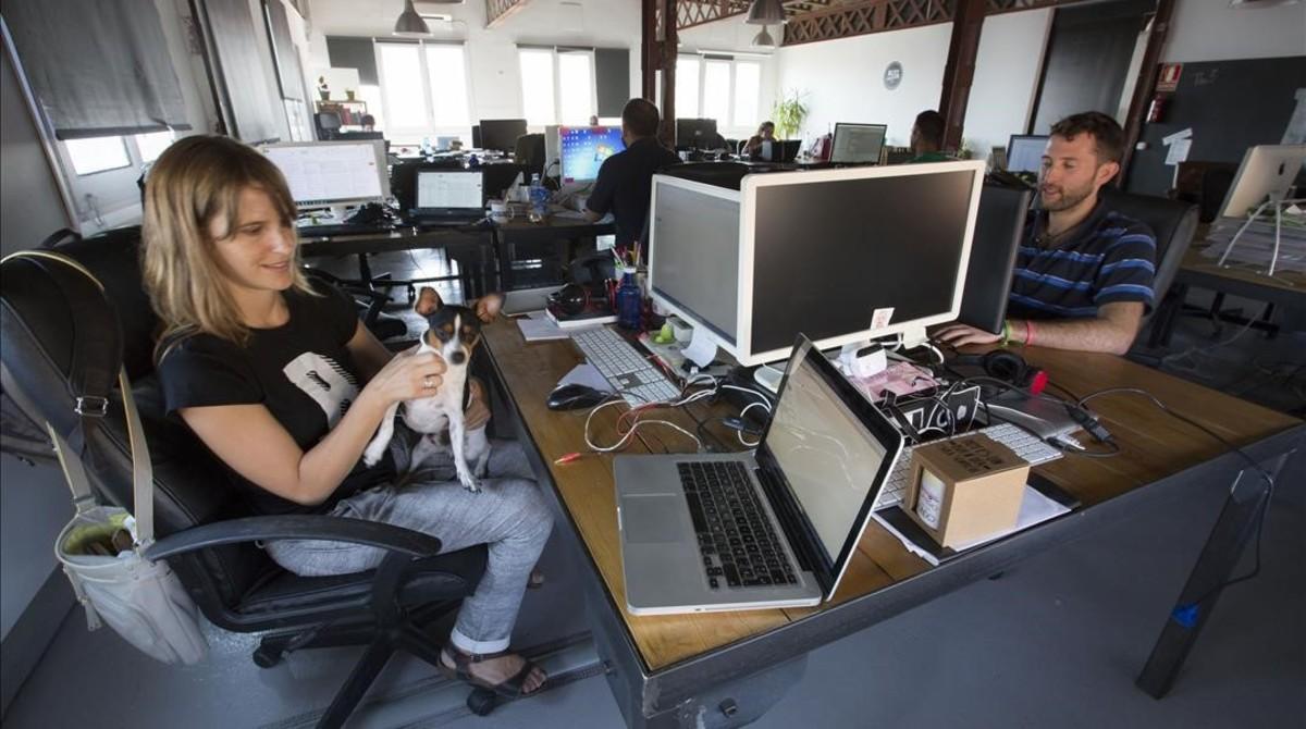 Saray Mate, con Teo en brazos, en el espacio de 'coworking' Blitz.