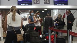 Españoles a la espera de embarcar en el aeropuerto de Casablanca.