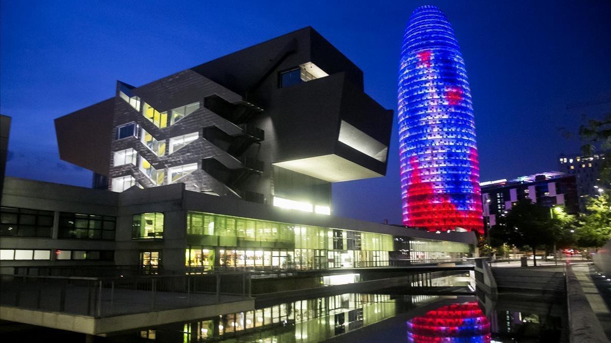 Imagen nocturna de la Torre Glòries.