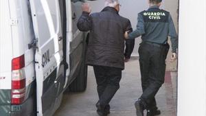 Andreu Viloca, ayer, tras bajar de furgón de la Guardia Civil para entrar en el juzgado de El Vendrell.